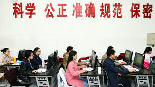 """Mais de 9 milhões de estudantes na China passam o vestibular nacional, chamado de """"Gaokao"""", que seleciona estudantes para ingressar no sistema de ensino superior. Na foto vestibular em Zhengzhou, província do Henan da China."""