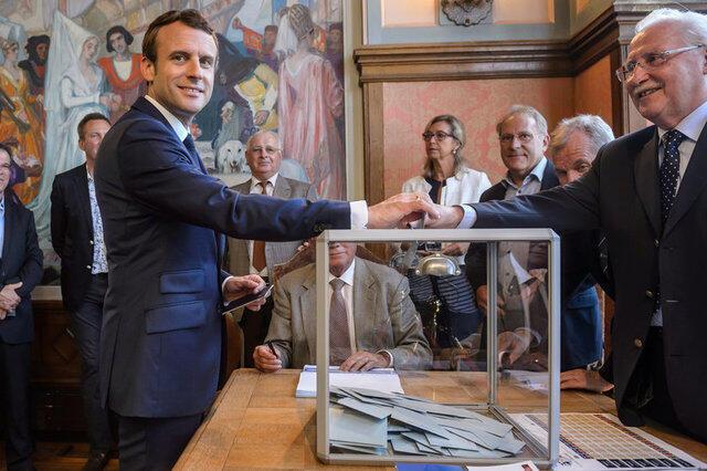 Президент Макрон голосует на выборах парламента Франции: первый тур 11 июня 2017