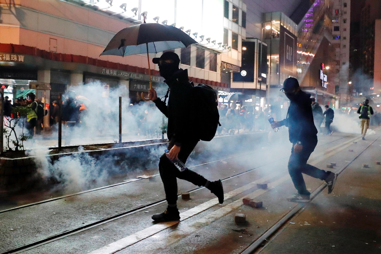 Cảnh sát ném lựu đạn hơi cay giải tán người biểu tình chống chính quyền Hồng Kông, ngày 01/01/2020