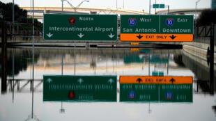 Cheias de Houston estão a diminuir, mas ainda o nível de água é alto enquanto vítimas esperam pela ajuda do estado