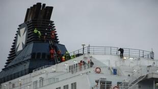 Спасатели на борту парома Calais Seaways, 3 марта 2019 г.