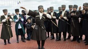 Le leader tchétchène Ramzan Kadyrov (au centre), le 25 avril à Grozny.