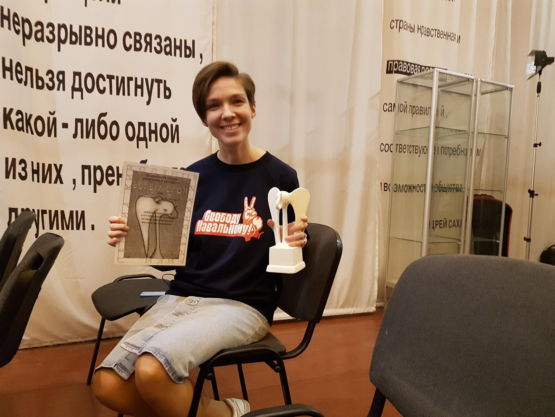 """Александра Дубровская, член творческой группы Алексея Навального, с """"Белым слоном""""."""