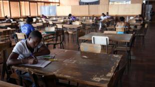 Des étudiants révisent dans la bilbiothèque de l'Université d'Antananarivo.