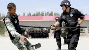 新疆哈密警察進行反恐練習