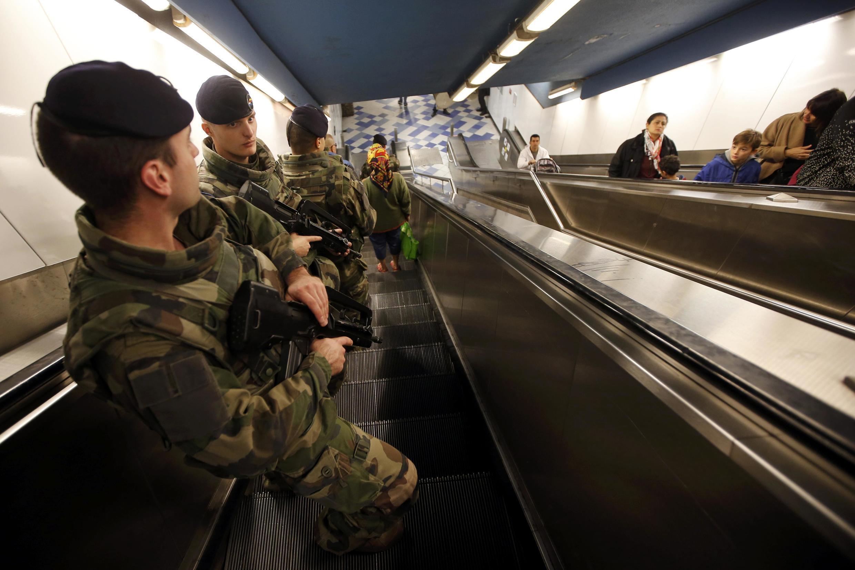 Binh lính Pháp tuần tra trong tầu điện ngầm ở Marseille, Chủ Nhật 15/11/2015.