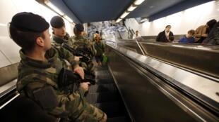 Des soldats français patrouillent dans le métro de Marseille. Photo datée du 15 novembre 2015, 2 jours après les attentats.