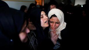 En el funeral, la madre de Azam Oweida, de 15 años, herido mortalmente por el Ejército israelí en la Franja de Gaza. 28 de abril de 2018.