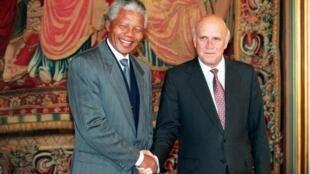 Nelson Mandela (G) et Frederik de Klerk (D) se serrant la main après la remise du prix Nobel de la paix à Oslo, le 10 décembre 1993.