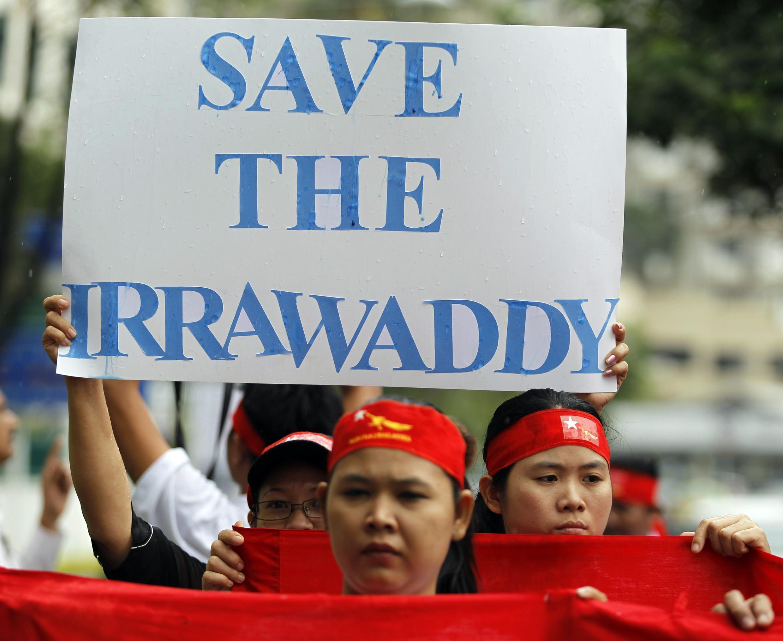 Một cuộc biểu tình của người Miến Điện chống dự án Trung Quốc xây đập Myitsone trên dòng Irrawaddy, năm 2011.