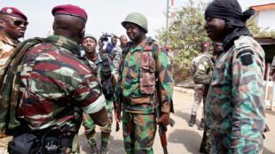 Wanajeshi walioasi wakisalimiana hivi karibuni kwenye mji wa Bouake, Cote d'Ivoire.