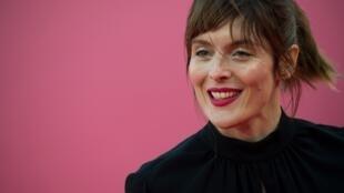 La réalisatrice française Valerie Donzelli, ancienne présidente du festival de Deauville, arrive sur le tapis rouge du 45e Festival du film américain de Deauville, le 7 septembre 2019 à Deauville, en France.