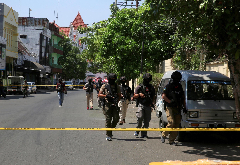 یک روز پس از یک رشته حمله در شهر سورابایا در اندونزی، پنج نفر سوار بر دو موتورسیکلت یک مقر پلیس در این شهر را هدف حمله انتحاری قرار دادند.