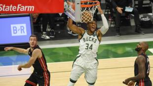 Giannis Antetokounmpo lideró a Milwaukee Bucks al triunfo por 132 a 98 frente a Miami Heat en el segundo partido entre ambos por la primera ronda de los playoffs de la NBA el 24 de mayo de 2021