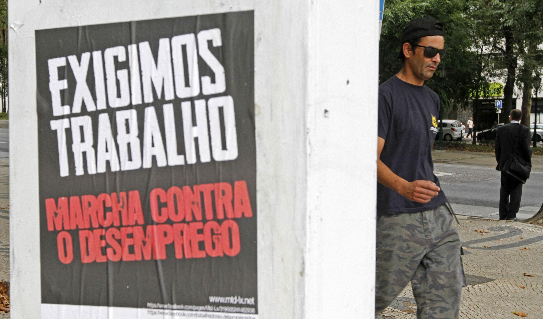 O desemprego é um dos reflexos da crise econômica em Portugal, como mostra o cartaz em imagem desta segunda-feira, em Lisboa.