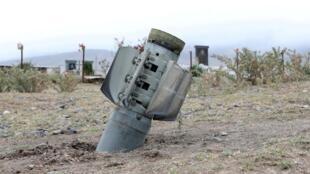 Les restes d'un obus près d'un cimetière dans la ville d'Ivanyan (Khojaly) dans la région séparatiste du Haut-Karabakh.