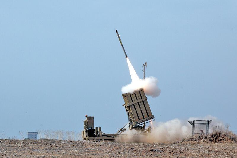 """Dàn tên lửa bắn chặn """"Vòm Sắt"""" của quân đội Israel."""