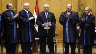 Adli Mansur, en el centro, se convirtió el 4 de julio de 2013 en el presidente interino de Egipto.