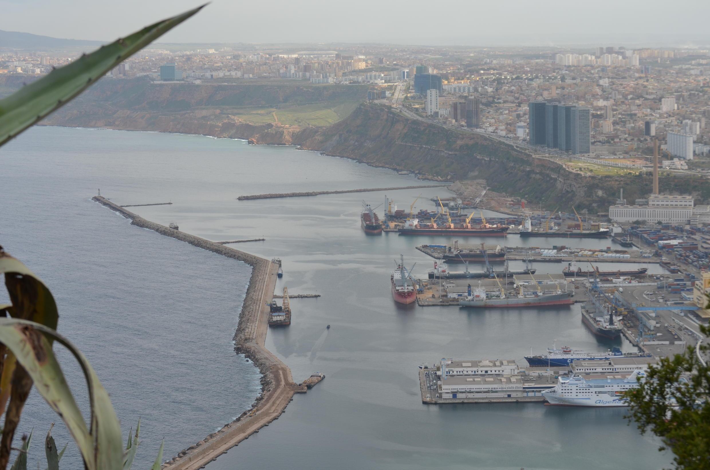 Vue d'ensemble (port et front de mer) d'Oran du fort de Santa Cruz. C'est ici que 700 kg de cocaïne ont été saisies. Depuis, des têtes tombent.