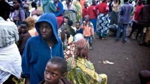 Les Congolais qui fuient le Nord-Kivu et les combats entre l'armée loyaliste et les «rebelles» de Bosco Ntaganda se pressent à la frontière rwandaise, dans le camp de Nakamira, le 2 mai 2012.