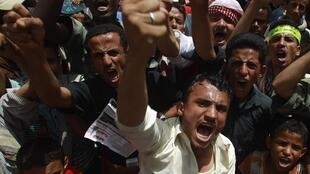Des manifestants hurlent des slogans exigeant la démission du présdient Saleh à Taiz dans le sud du Yémen, le 8 mai 2011.