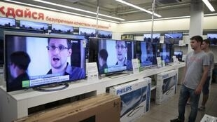 Loja de eletrônicos em Moscou mostra imagens de Edward Snowden, que está na área de trânsito do aeroporto de Sheremetyevo
