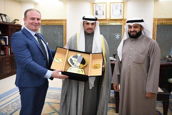 """مرزوق الغانم، رئیس پارلمان کویت، نشان """"پارلمان کویت"""" را به یکی از اعضای """"جنبش مبارزه عربی برای آزادی احواز"""" اهدا میکند."""