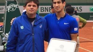 Técnico Luiz Peniza e Orlando Luz, vice-campeão juvenil de duplas em Roland Garros, neste domingo, 5 de junho de 2016.