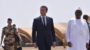 Rais wa Ufaransa Emmanuel Macron akiwa na rais wa Mali Boubacar Keita, katika kambi ya jeshi ya Gao Kaskazini mwa nchi hiyo Mei 19 2017