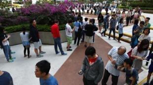 香港区议会选举一个投票站排队等投票的选民2019年11月24日港岛。