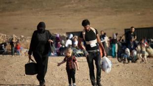 Milhares de pessoas tiveram que deixar suas casas por causa dos combates entre o exército e o grupo Estado Islâmico na Síria e vivem em acampamentos instalados em pleno deserto