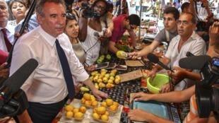 François Bayrou sur un marché de Saint-Denis de La Réunion, le dimanche 8 avril 2012.