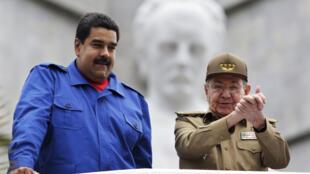 El presidente cubano, Raúl Castro (derecha), presencia la marcha de los trabajadores del 1° de mayo, en compañía de Nicolás Maduro, La Habana, 1° de mayo de 2015.