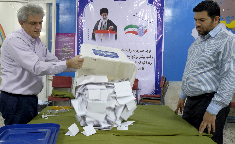 Iranianos continuam a realizar a contagem de votos das eleições legislativas neste domingo (28).