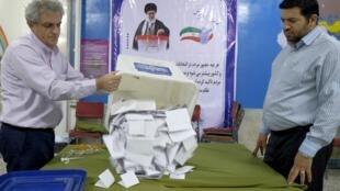 Kiểm phiếu tại một phòng bầu cử tại thủ đô Téhéran (Iran), ngày 26/02/2016.
