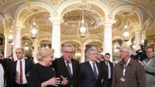 Soirée de gala marquant le début de la présidence de l'UE par la Roumanie, à Bucarest, le 10 janvier 2019. «UE, désolés pour ce gouvernement», proclamait une pancarte, alors que des manifestants scandaient le nom de l'Europe en dehors du bâtiment.