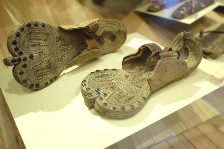 Paire de sandales pour femmes, Ethiopie, vers 1880, dans l'exposition « Marche et démarche ».