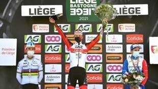 Le vainqueur de Liège-Bastogne-Liège, le Slovène Tadej Pogacar (c), encadré par les Français Julian Alaphilippe (g), 2e, et David Gaudu, 3e, sur le podium, le 25 avril 2021