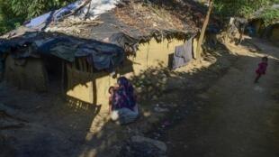 Une réfugiée rohingya et sa petite-fille dans un camp à Ukhyia, dans le district de Bazar, le 25 novembre 2016.