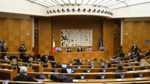 Matteo Renzi ofrece una conferencia de prensa con los ministros salientes, Elena Bonetti y Teresa Bellanova, el 13 de enero de 2021 en la Cámara de Diputados italiana en Roma.