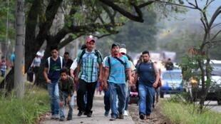 Alors que des migrants renvoyés des Etats-Unis sont arrivés aux Honduras, d'autres Honduriens quittent le centre de San Pedro Sula pour se diriger vers le Guatemala, avec pour objectif de se rendre aux Etats-Unis, le 10 avril 2019.