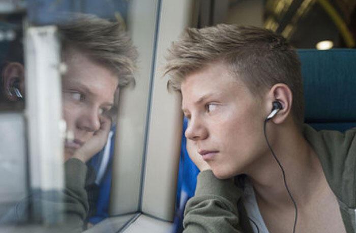 El uso excesivo de los audífonos puede provocar deficiencia auditiva.