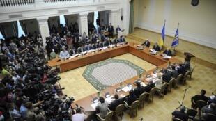 Tổng thống Ukraina Petro Porochenko (giữa) chuẩn bị họp chính phủ tại Kiev ngày 10/09/2014.