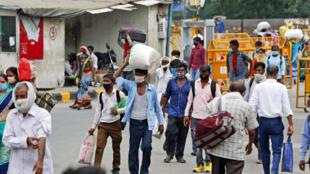 Des travailleurs migrants de retour à New Delhi pour chercher du travail, le 18 août 2020.