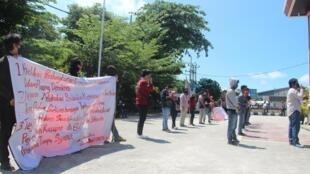 Manifestation pour la libération sans conditions de prisonniers politiques de Papouasie devant le tribunal du district de Balikpapan dans la province du Kalimantan oriental, en Indonésie, le 17 juin 2020.