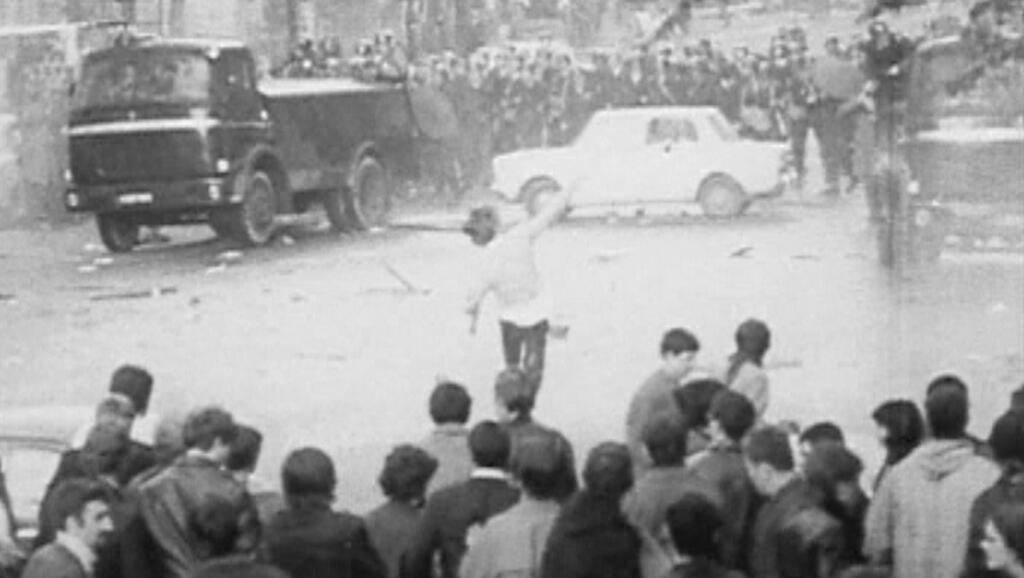 """Cena do documentário """"É só o começo"""" sobre as barricadas no dia 10 de maio de 1968."""