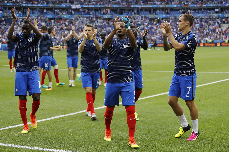 """Timu ya taifa ya Ufaransa """" Les Bleus"""" katika uwanja wa soka wa Stade de France kabla ya mechi."""