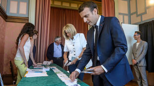 Presidente Emmanuel Macron vota no 1° turno das legislativas em Touquet, em 11 de junho de 2017