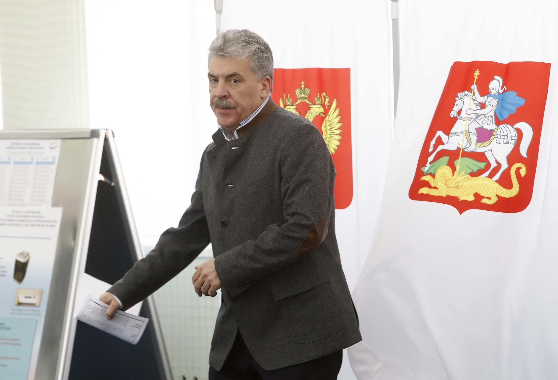 Кандидат в президенты Павел Грудинин выходит из кабинки для голосования на участке в совхозк имени Ленина, 18 марта 2018 года.
