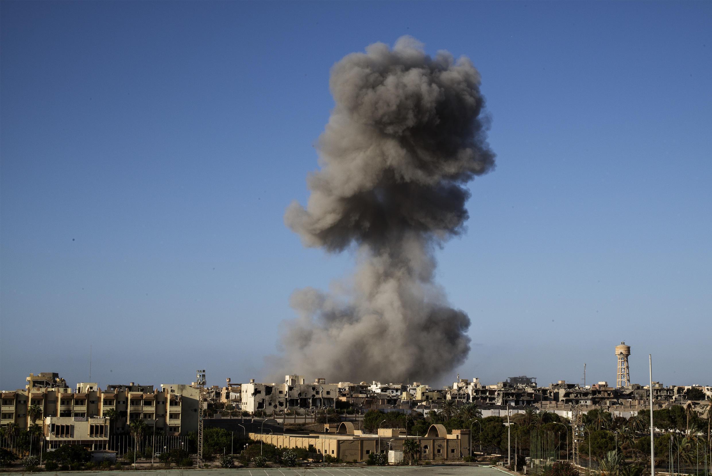 Smoke rises after an airstrike in Sirte, 28 September 2016.
